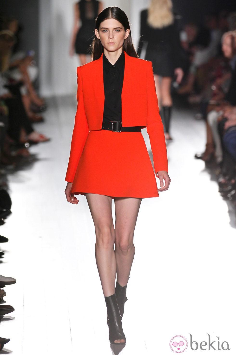 ae25665fd Falda y chaqueta roja de la colección primavera/verano 2013 de ...