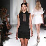 Vestido negro de la colección primavera/verano 2013 de Victoria Beckham en la Nueva York Fashion Week