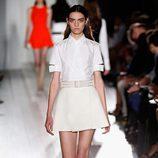 Conjunto blanco de la colección primavera/verano 2013 de Victoria Beckham en la Nueva York Fashion Week