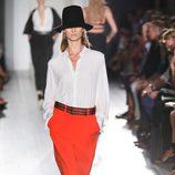 Pantalón rojo de la colección primavera/verano 2013 de Victoria Beckham en la Nueva York Fashion Week