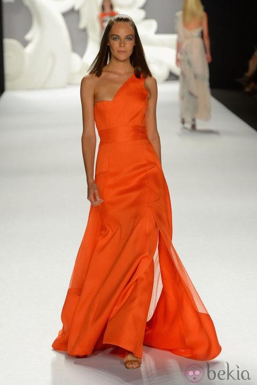 Vestido largo con escote asimétrico en energético naranja de Carolina Herrera primavera/verano 2013