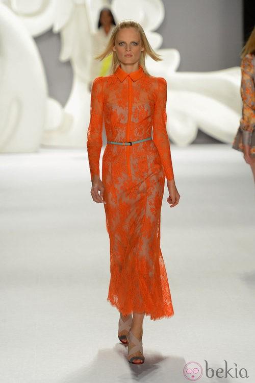 Vestido de encaje de corte camisero en un energético naranja de Carolina Herrera primavera/verano 2013