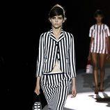 Conjunto de falda y chaqueta a rayas blancas y negras de Marc Jacobs primavera/verano 2013