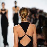 Detalle de la espalda asimetrica de uno de los vestidos de Michael Kors de la temporada primavera/verano 2013