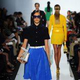 Camisa negra y falda azul klein de Michael Kors primavera/verano 2013