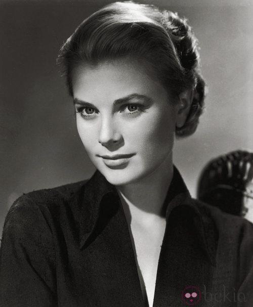 Grace Kelly con camisa negra en 1954