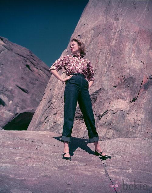 Grace Kelly con jeans y camisa estampada