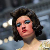 Vivianne Westwood apuesta por un excéntrico maquillaje sobre la pasarela de la Semana de la Moda de Londres