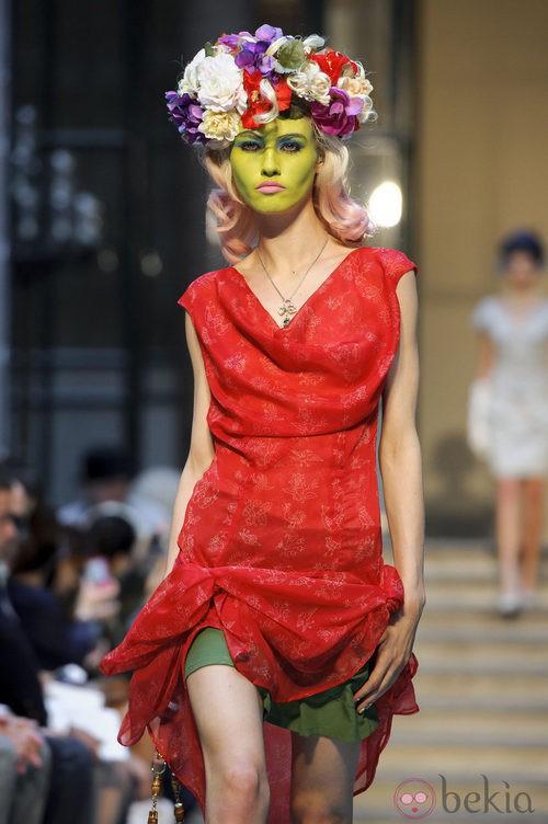 Vestido rojo y corona de flores multicolor de Vivianne Westwood primavera/verano 2013