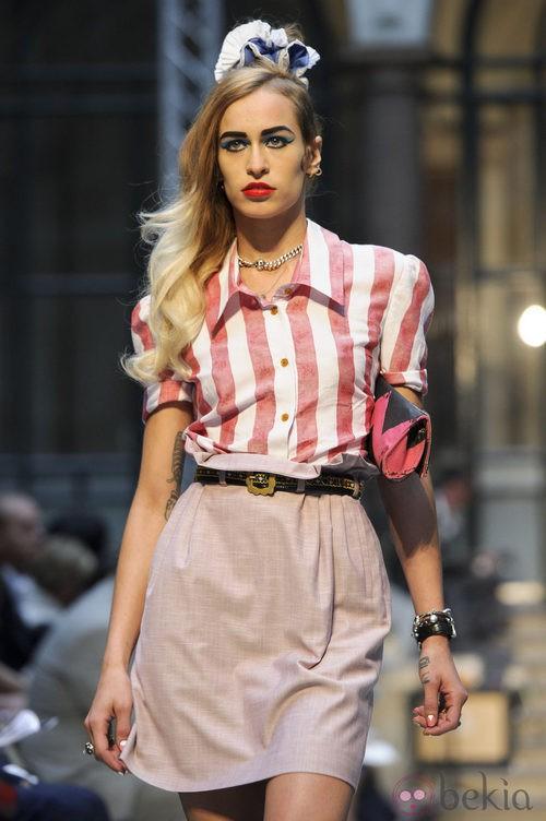 Camisa de rayas y falda de Vivianne Westwood en la Semana de la Moda de Londres