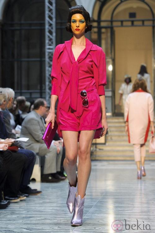Conjunto fucsia con lazada de Vivianne Westwood primavera/verano 2013