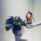 Tocado de plumas y sandalias doradas de la colección de Anna Dello Russo para H&M