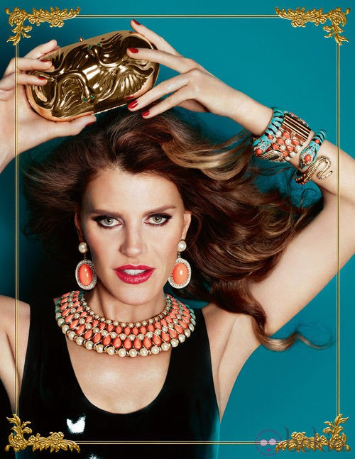 Anna Dello Russo posa con un clutch y un collar de su colección de complementos para H&M