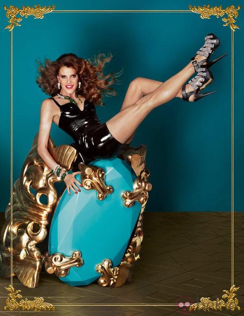 Anna Dello Ruso sobre una pulsera gigante para su colección de complementos de H&M