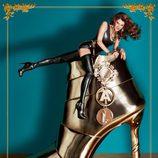 Anna Dello Russo posa sobre un zapato gigante de su colección de complementos para H&M
