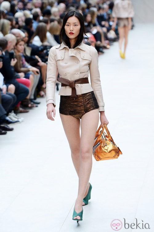 Chaqueta en tono nude y culotte en color marrón metalizado de Burberry primavera/verano 2013