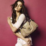 Irina Shayk posando con un bolso de Xti otoño/invierno 2012/2013