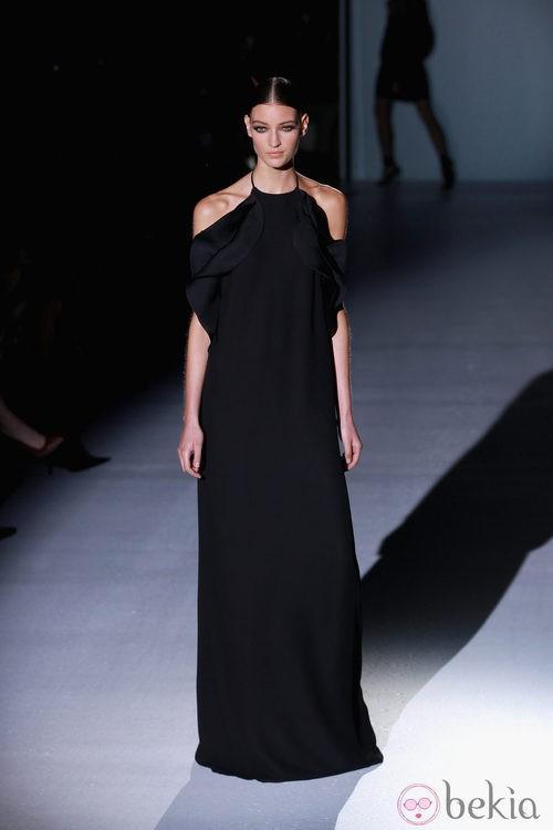 Vestido largo negro con aberturas en los hombros de Gucci en la Semana de la Moda de Milán primavera/verano 2013