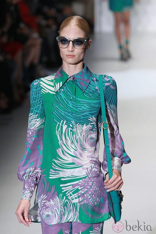 Camisa con estampado en tonos verdes y violetas de Gucci en la Semana de la Moda de Milán primavera/verano 2013