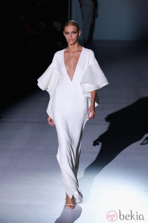 Vestido largo blanco con escote en 'V' y volantes de Gucci en la Semana de la Moda de Milán primavera/verano 2013
