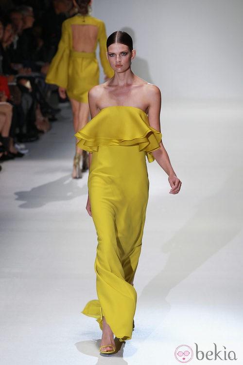 Vestido largo amarilo con escote palabra de honor con volante de Gucci en la Semana de la Moda de Milán primavera/verano 2013