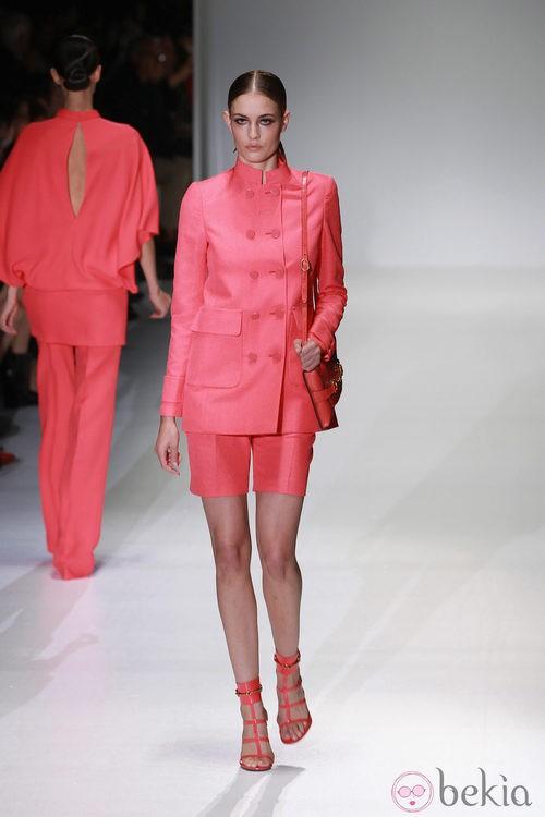 Conjunto de dos piezas en color coral en el desfile de Gucci en la Semana de la Moda de Milán primavera/verano 2013