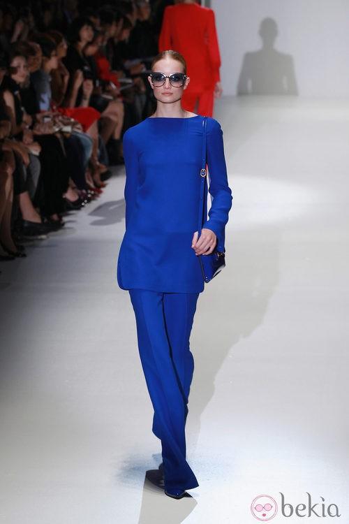 Conjunto en azul klein en el desfile de Gucci en la Semana de la Moda de Milán primavera/verano 2013