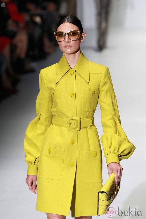 Trench en color amarillo en el desfile de Gucci en la Semana de la Moda de Milán primavera/verano 2013