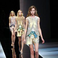 Tejidos metalizados y aires futuristas en el desfile de Emporio Armani en la Semana de la Moda de Milán primavera/verano 2013