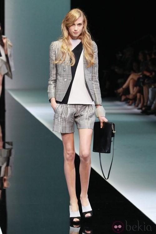 Traje de chaqueta y pantalón corto de cuadros de Emporio Armani en la Semana de la Moda de Milán primavera/verano 2013