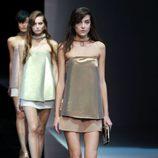Top metalizado palabra de honor y falda vaporosa de Emporio Armani en la Semana de la Moda de Milán  primavera/verano 2013