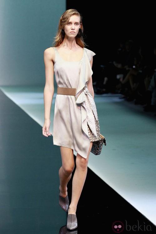Asimetrías y mezclas de tejidos en el desfile de Emporio Armani en la Semana de la Moda de Milán primavera/verano 2013