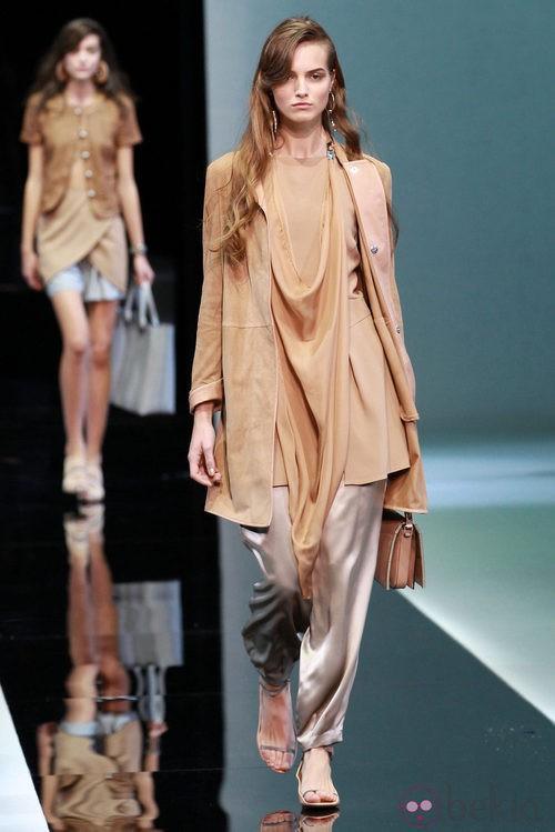 Cortes asimétricos en el desfile de Emporio Armani en la Semana de la Moda de Milán primavera/verano 2013