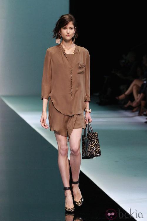Conjunto de camisa y pantalón en color marrón de emporio Armani en la Semana de la Moda de Milán primavera/verano 2013