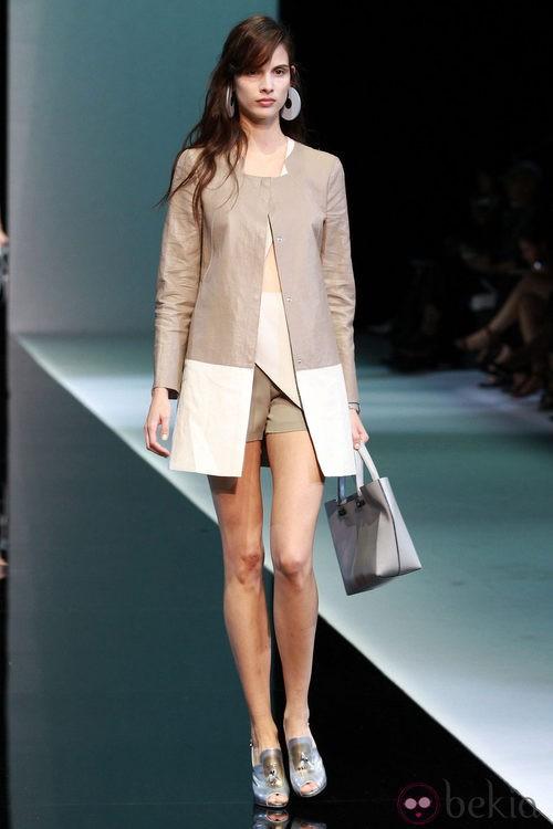 Abrigo en tono nude y blanco de emporio Armani en la Semana de la Moda de Milán primavera/verano 2013