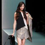 Top y falda asimétrica de cuadros de Emporio Armani en la Semana de la Moda de Milán primavera/verano 2013