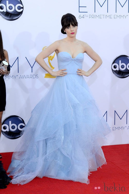 Zooey deschanel con un diseno azul pastel de Reem Arca en los premios Emmy 2012