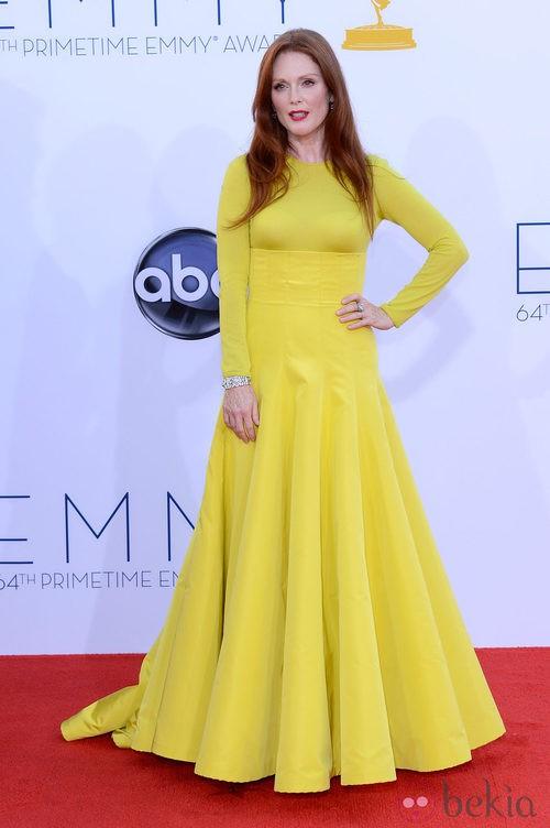 Julianne Moore con un diseño amarillo de Dior de Alta Costura en los Emmy 2012
