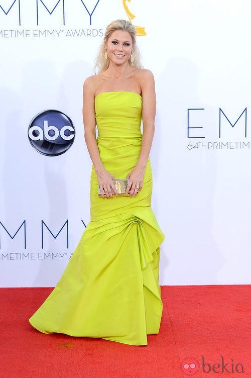 Julie Bowen con un vestido en tono flúor de Monique Lhuillier en los Emmy 2012