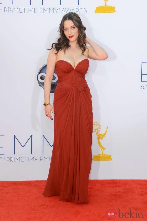 Kat Dennings con un vestido rojo de J. Mendel en los Emmy 2012