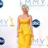 Kaley Cuoco con un diseño color mostaza de Ángel Sánchez en los Emmy 2012