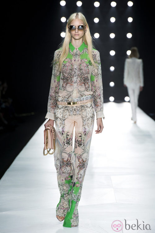 Camisa estampada y pantalón vaporoso de Roberto Cavalli en la Semana de la Moda de Milán primavera/verano 2013