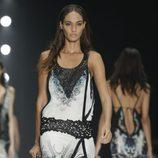 Vestido blanco y negro de corte asimétrico de Roberto Cavalli en la Semana de la Moda de Milán primavera/verano 2013