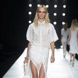 Conjunto blanco de camisa y falda de Roberto Cavalli en la Semana de la Moda de Milán primavera/verano 2013