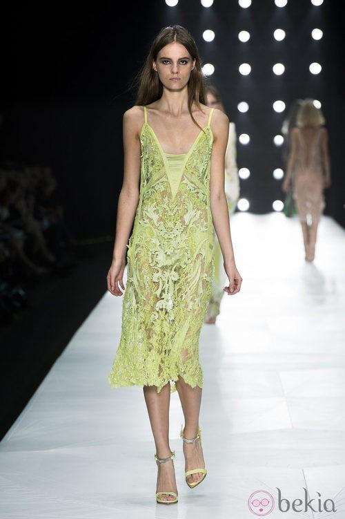Vestido verde lima de encaje con escote en 'V' de Roberto Cavalli en la Semana de la Moda de Milán primavera/verano 2013