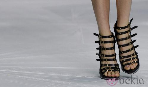 Sandalias con múltiples hebillas de Roberto Cavalli en la Semana de la Moda de Milán pirmavera/verano 2013
