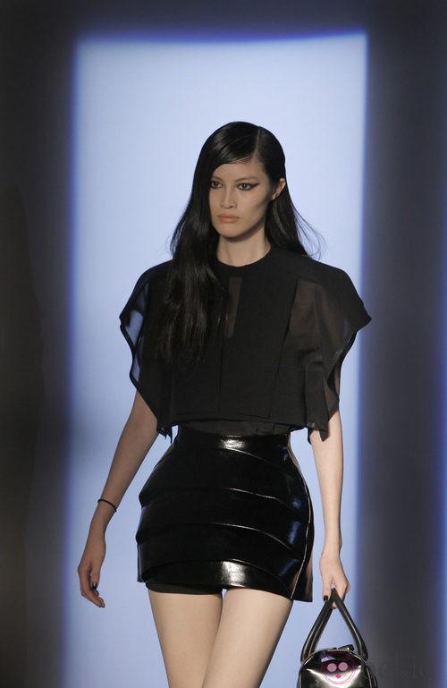 Camisa con transparencias y falda negra plastificada de Thierry Mugler en la Semana de la Moda de París