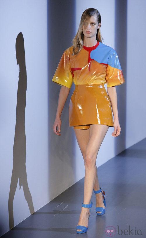 Colorido conjunto plastificado de Thierry Mugler en la Semana de la Moda de París primavera/verano 2013