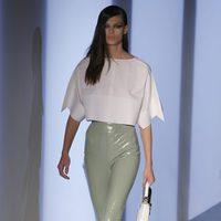 Camisa blanca y pantalones plastificados en tono pastel de Thierry Mugler en la Semana de la Moda de París primavera/verano 2012/2013