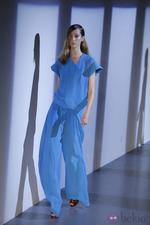 Conjunto azul y sandalias animal print de Thierry Mugler en la Semana de la Moda de París primavera/verano 2013